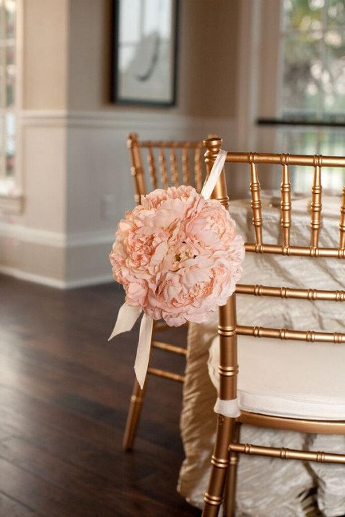 """Decoración para las sillas en color """"rosa viejo"""". Foto: Brooke Images Photography"""