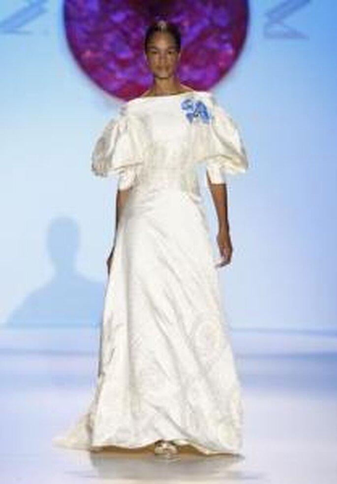 Model Novias 2010 - Vestido largo de corte princesa, de escote barco recto, de mangas largas abullonadas, aplique celeste