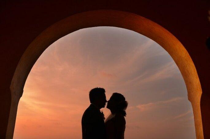 Otra bella fotografía de bodas con el atardecer como testigo. Foto de Juyá Photographer