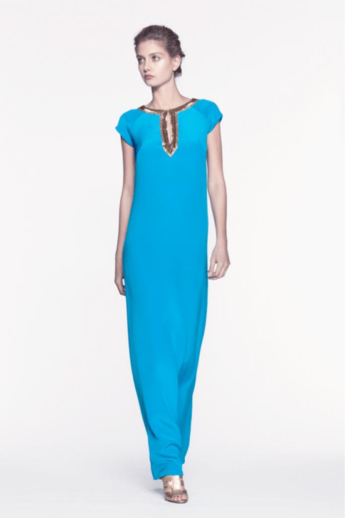 Vestido de fiesta largo en color azul cielo intenso con cuello cerrado y mangas cortas - Foto Reem Acra