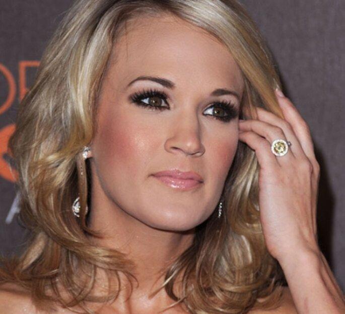 """La cantante Carrie Underwood indossa un anello di fidanzamento """"canary yellow"""""""