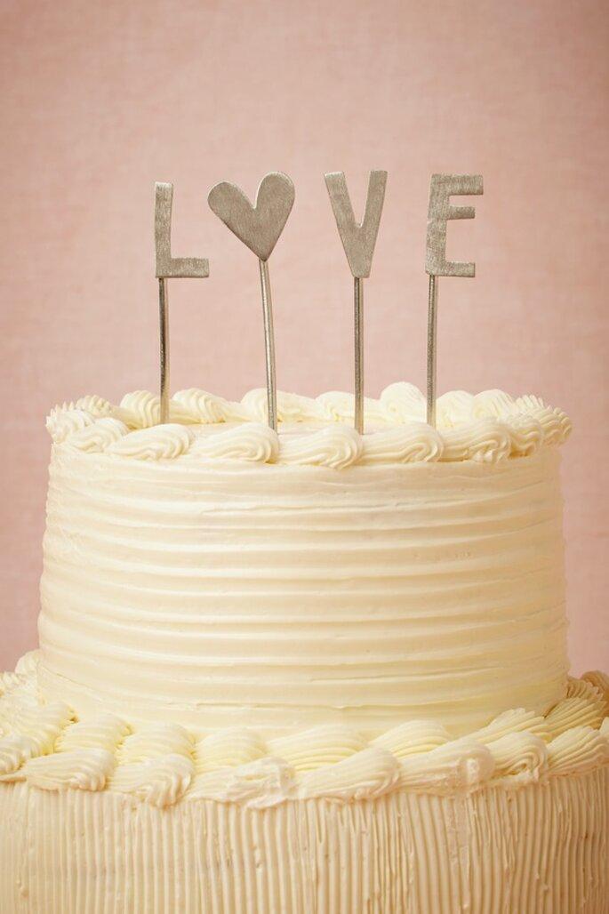 Decoración de boda con divertidas letras - Foto BHLDN