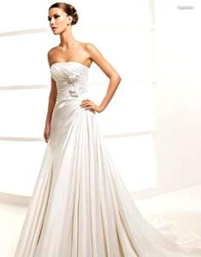La Sposa 2010 - Lepanto, vestido largo de corte prinesa, de cuerpo fruncido con lazo lateral