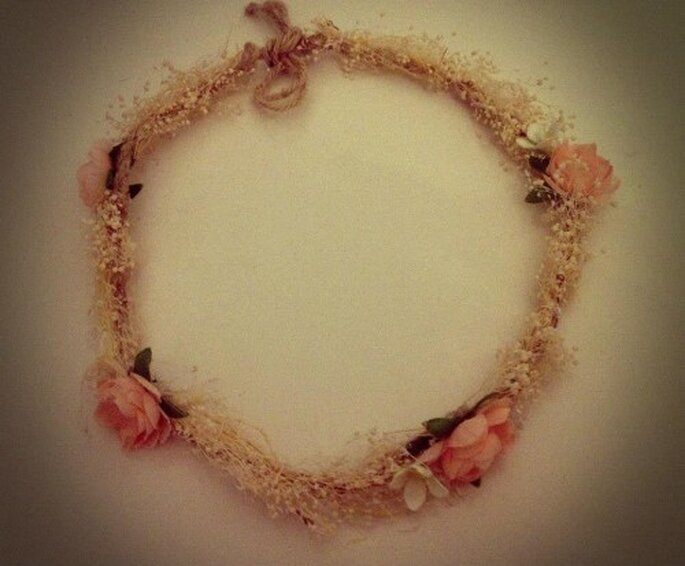 Corona con adorno de flores rosas. Foto de Hip & Love