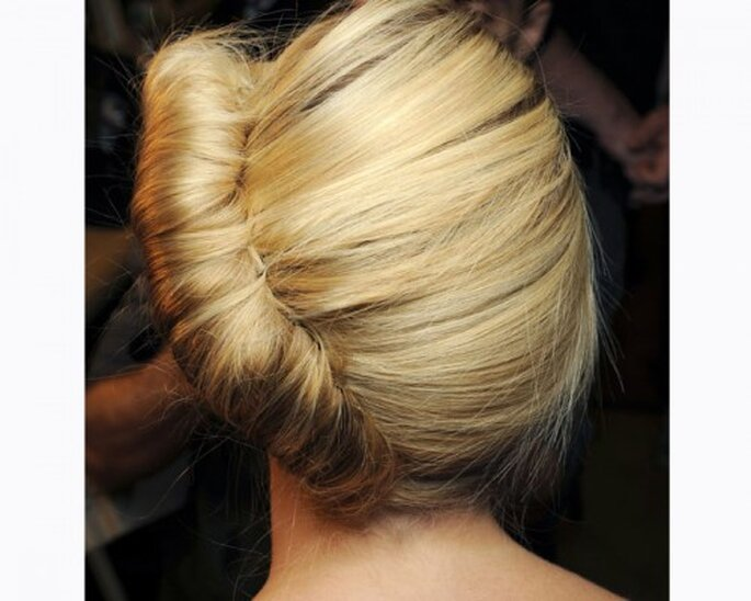 Tendances coiffures de mariage 2013 : Chez Donna Karan, le chignon se fait de biais ! - Photo : Donna Karan
