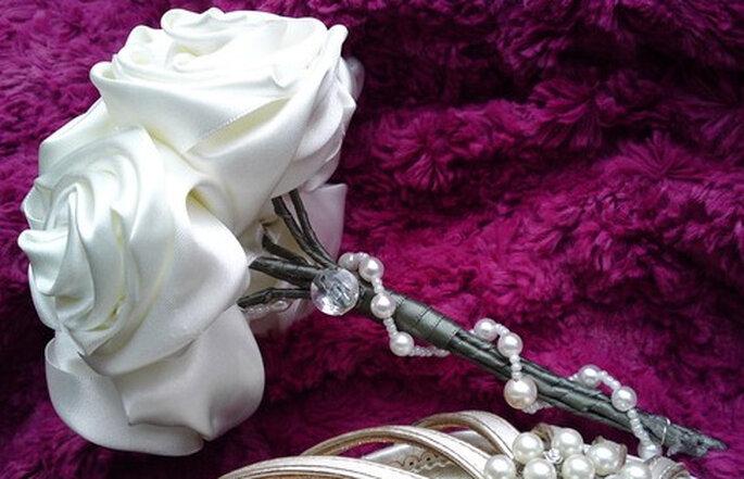 Bouquet con perlas y seda blanca