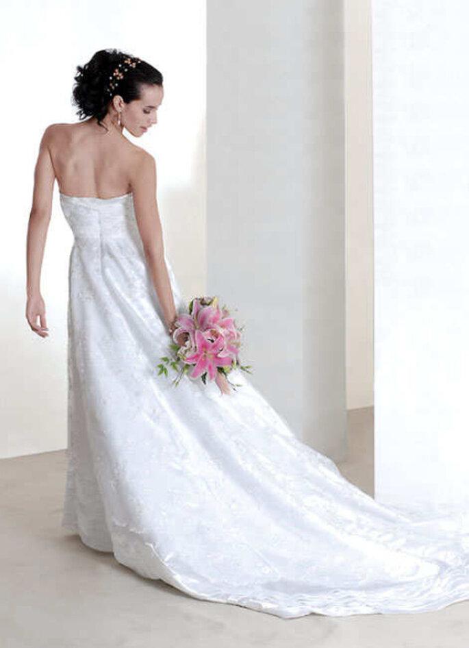 Otro delicado vestido strapless de cola interminable con precioso ramo en rosa