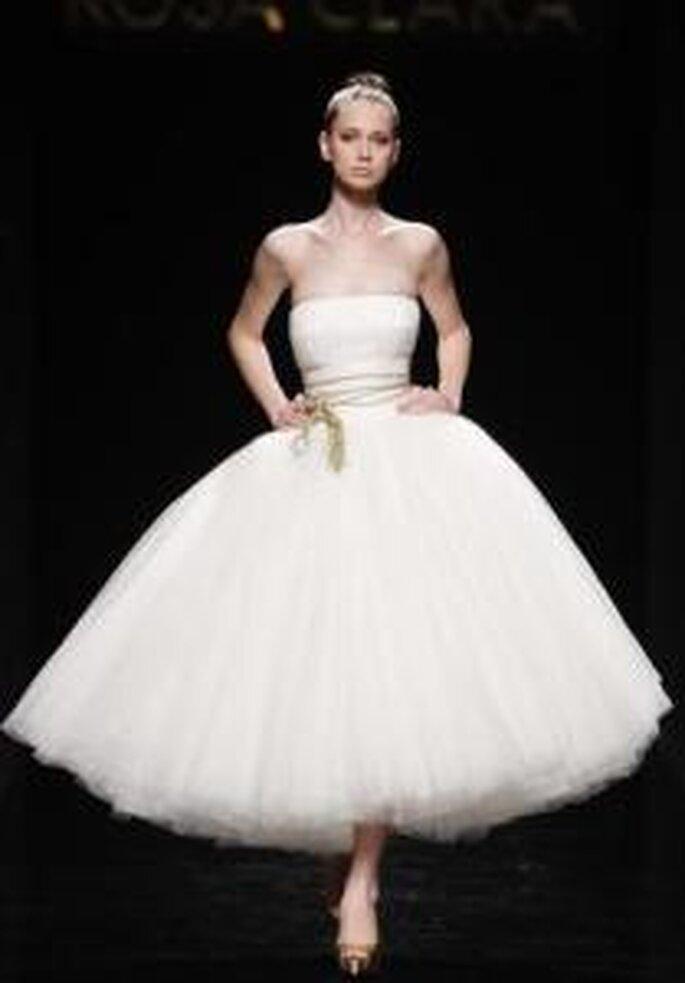 Rosa Clará 2010 - Vestido medio, de corte gala, falda en tul, escote palabra de honor, cinturón