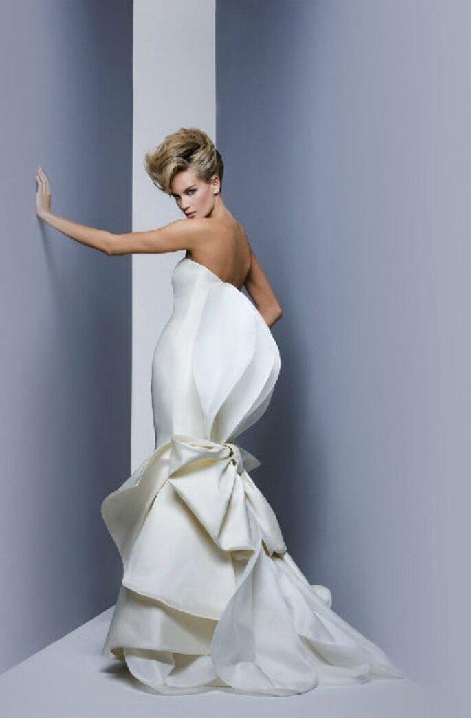 L'abito non cela ma esalta il corpo della sposa. Collezione 2012 Antonio Riva