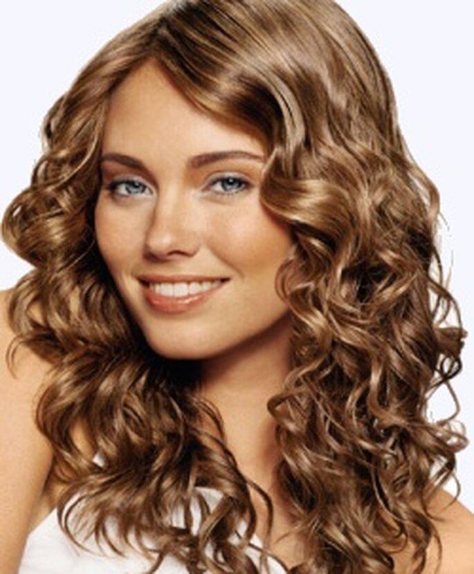 Novia de pelo rizado a la moda