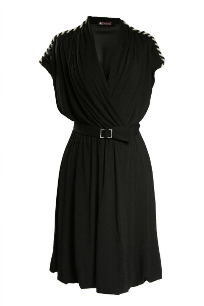 Kombinieren Sie das schwarze Kleid mit farbigen Accessoires  – Foto: Vestido Dora Guimarães Atelier