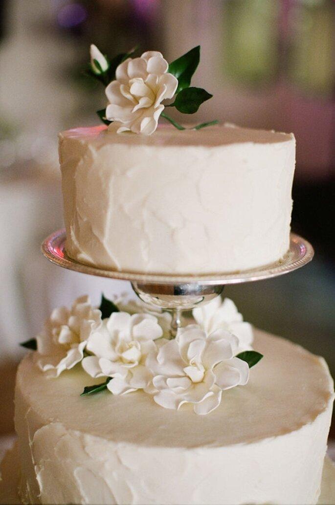 Paste de boda blanco, redondo decorado con flores naturales blancas