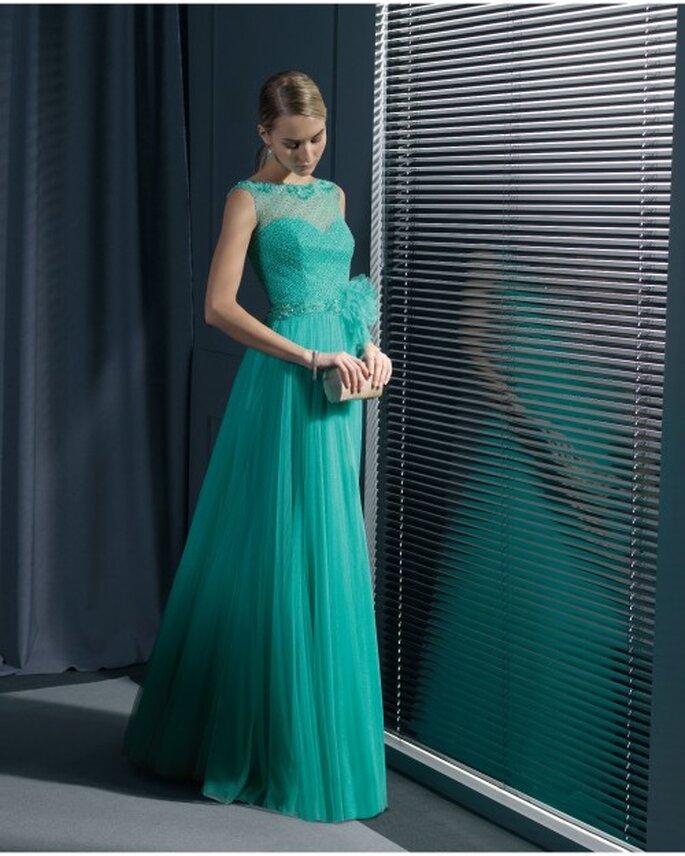 Vestido de fiesta en color verde con escote ilusión y falda con caída elegante - Foto Rosa Clará