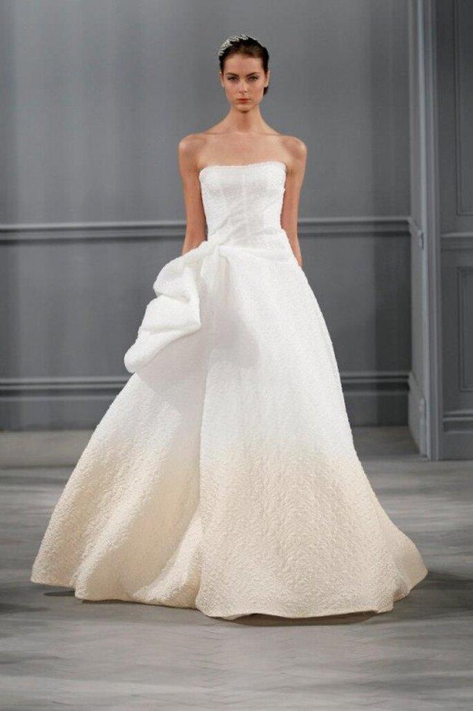 Vestido de novia corte princesa con tendencia hombre y relieve textil en el costado - Foto Monique Lhuillier