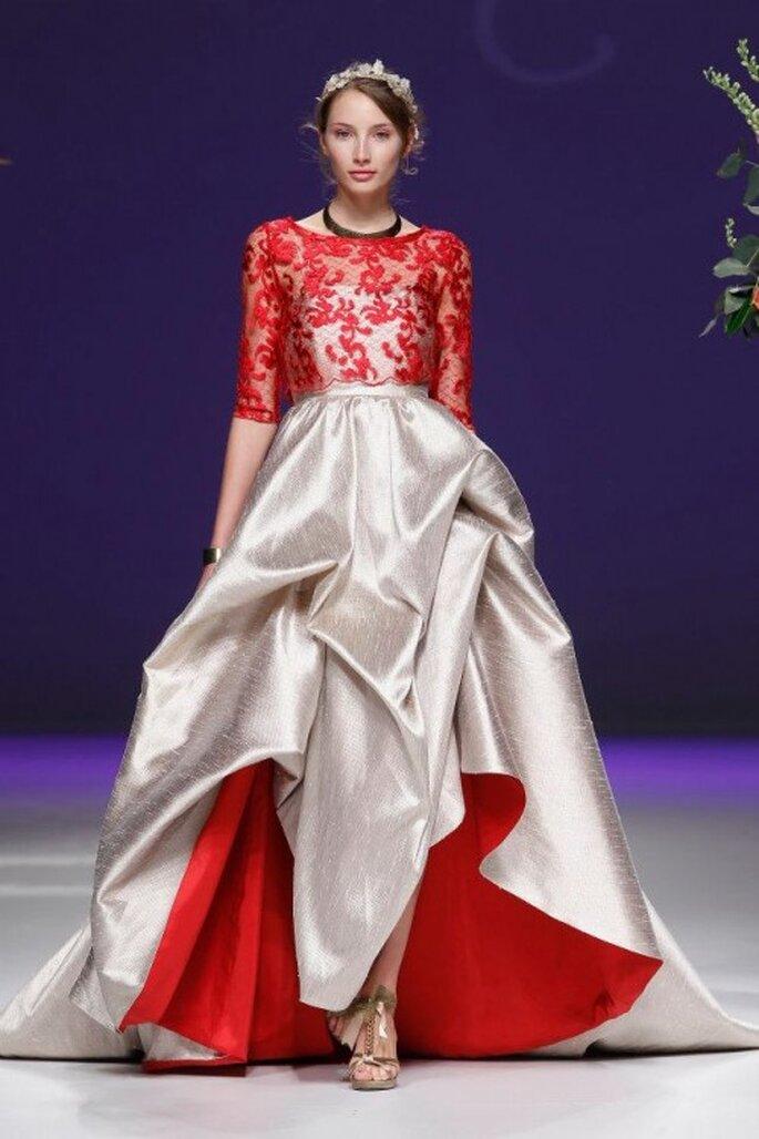 Vestido de novia 2013 en con detalles de encaje y forro en color rojo intenso - Foto Carla Ruiz Facebook