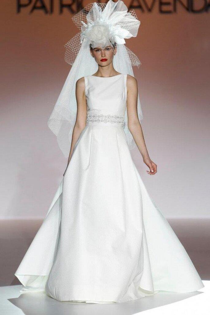 Vestido de novia elegante con detalles de pedrería y tocado con inspiración retro - Foto Patricia Avendaño