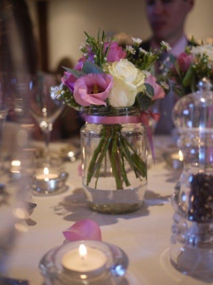 Dettaglio: fiori rosa nel vaso sul tavolo - Foto: Centro Mesa Agua