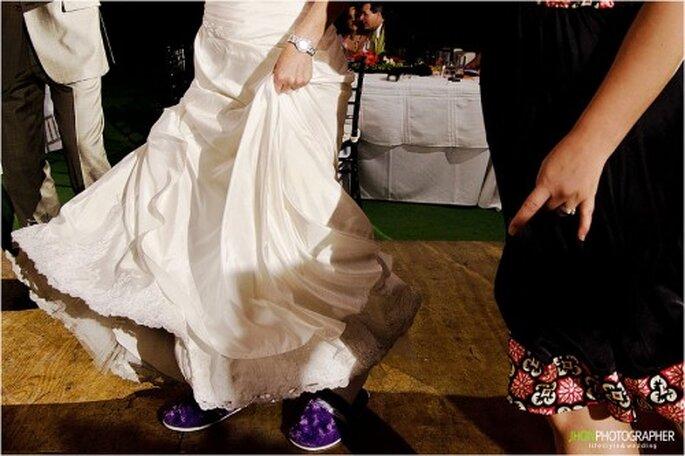 Zapatos cómodos y coloridos para bailar en tu boda. Imagen Jhon Photographer