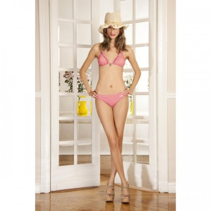 Bikini femenino con rayas rosas para la luna de miel - Foto Dolores Promesas