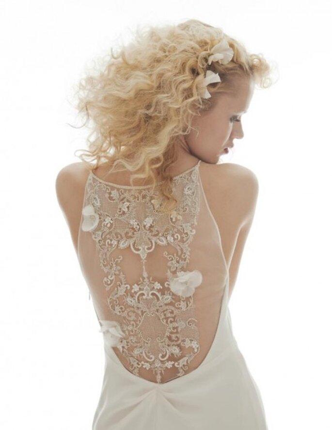 Vestido de novia con detalles en la espalda de transparencias y bordados de flores - Foto Elizabeth Fillmore