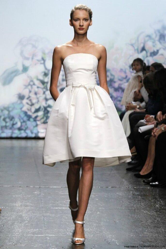 Liscio con fiocco in vita questo abito da sposa al ginocchio firmato Monique Lhuillier Collezione 2012 Mod.Lili Foto www.thebeautybridal.com