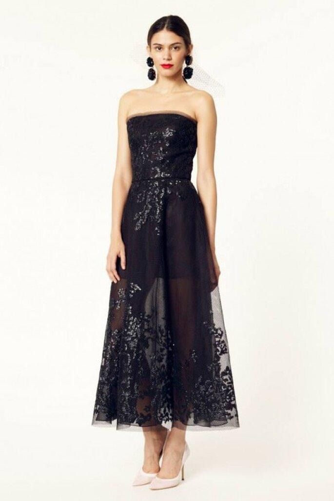 Vestido de fiesta 2014 en color negro con escote strapless y falda con transparencias superpuesta - Foto Oscar de la Renta