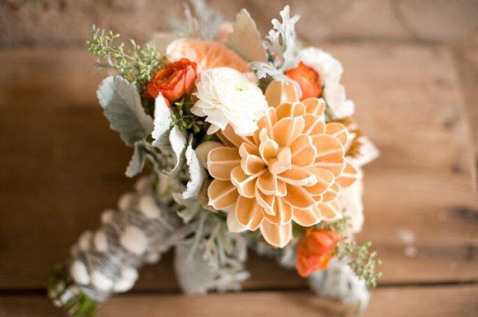 Pequeño ramo de novia con flores naranja. Foto: Ely Fair