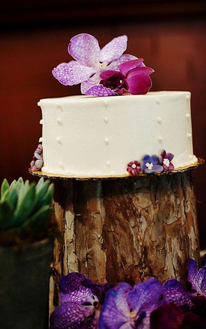 Pastel de boda pequeño, blanco con decoraciones florales en morado
