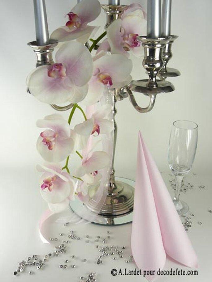 Misez sur les fleurs pour décorer les tables de votre mariage ! Source : decodefete.com