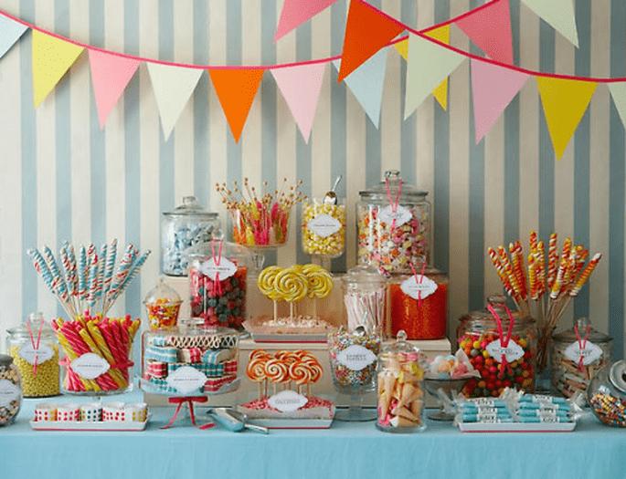 Decoración colorida para la mesa de postres de tu boda - Foto Amy Atlas
