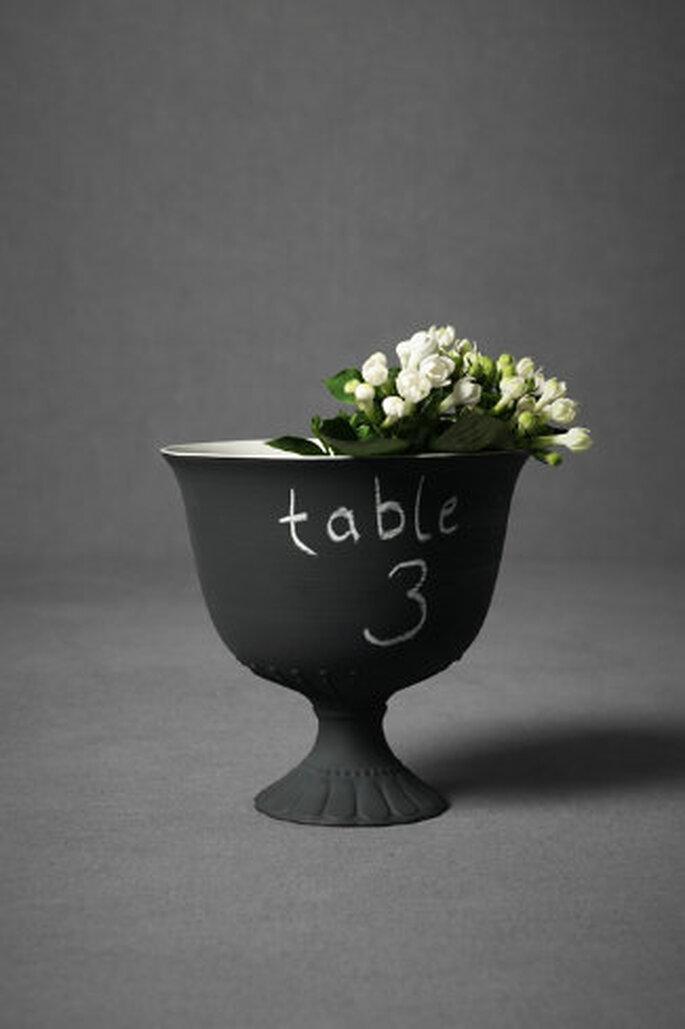 Pizarra jarrón de color negro mate que sólo está esperando a ser marcados con números de la tabla o el contenido de buffet. Foto: Bhldn.