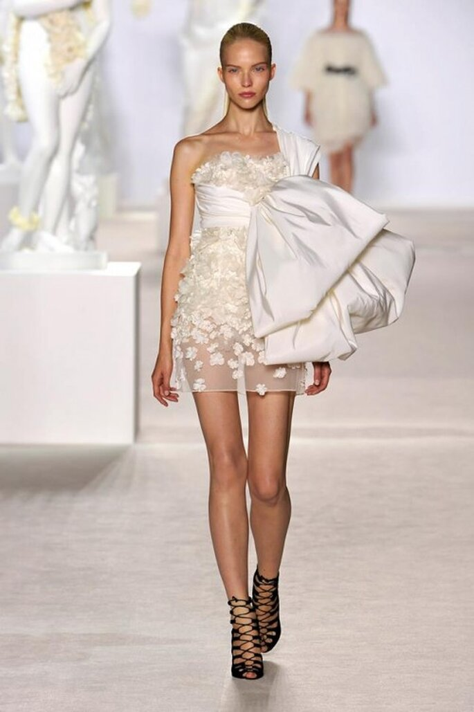 Vestido corto de alta costura para una novia vanguardista - Foto Giambattista Valli