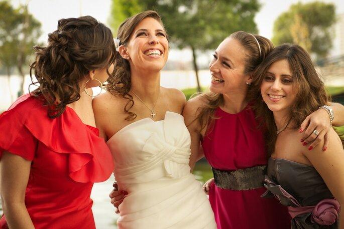 El rojo es un color genial para vestir en bodas para este otoño. Foto de Priscilla Falcon Moeller