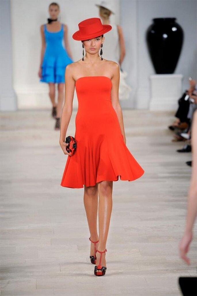 Vestido de fiesta corto en color rojo intenso con escote strapless - Foto Ralph Lauren