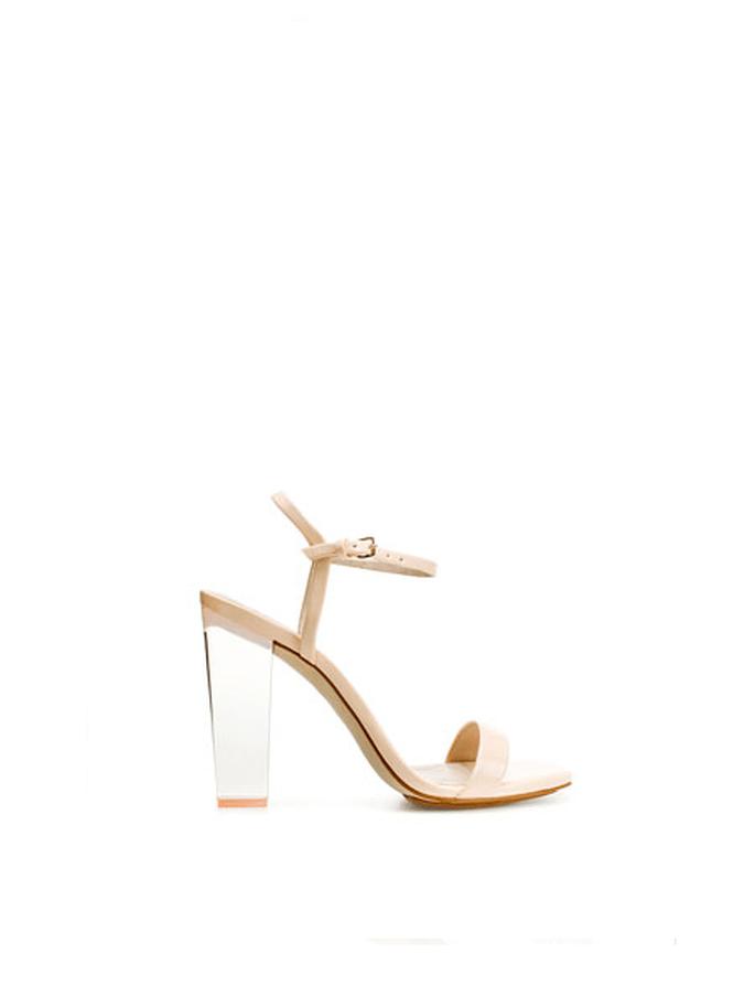 Sandalen in Creme passen zu jedem Look – Foto: Zara
