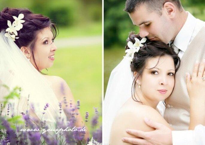 Romantisch und verspielt: Blumen im Haar - Foto: www yourphoto de