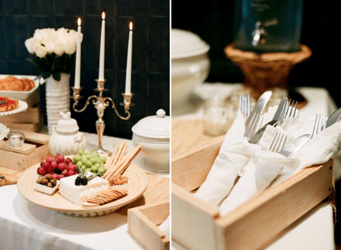 Excelente opción para tu boda: una mesa de quesos y carnes frías . Fotografía Jen Lynne