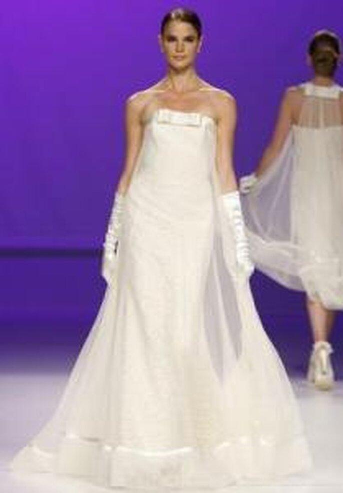 Novia D'Art 2010 - Vestido largo en seda y gaza, escote palabra de honor, guantes largos en seda