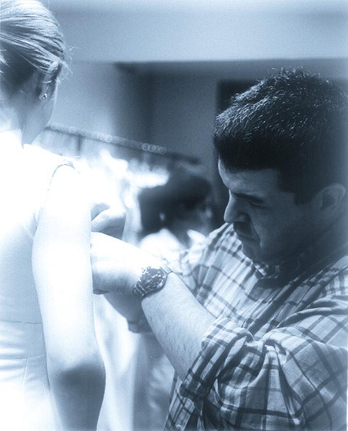 Lorenzo Caprile ultimando detalles con uno de sus diseños. Foto:Temas de hoy y Caprile