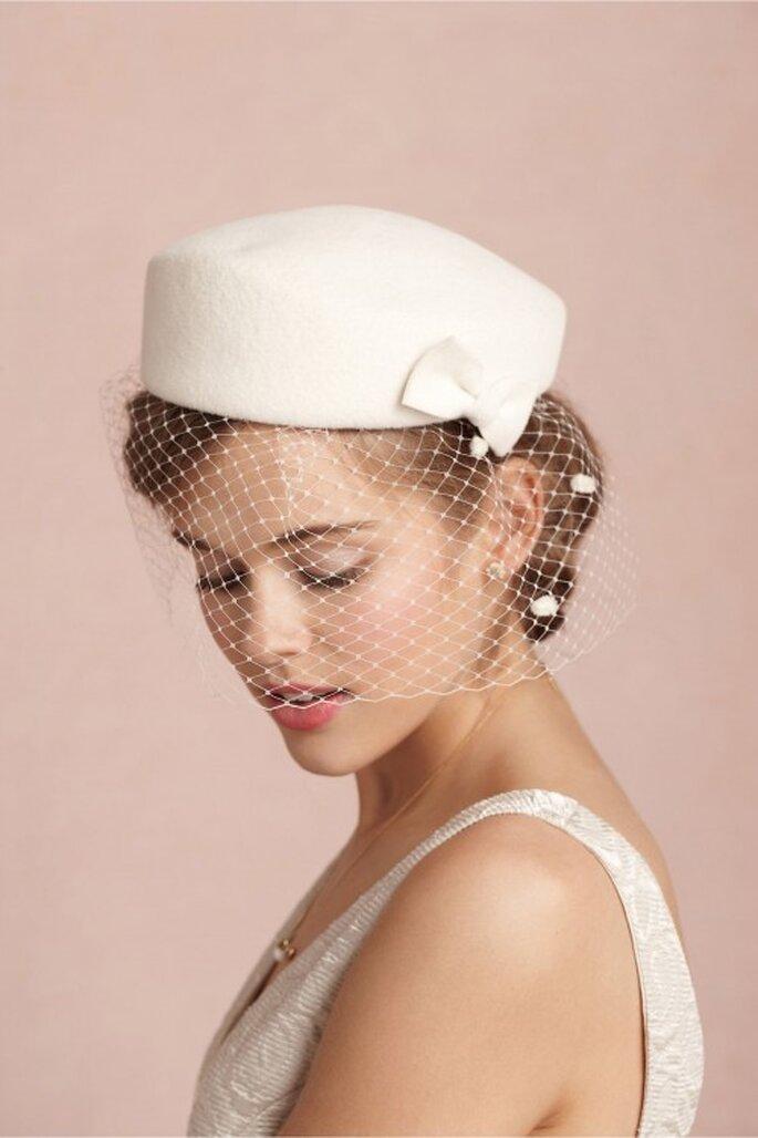 Eine elegante Kopfbedeckung sieht nicht nur hübsch aus, sondern wärmt auch noch bei einer Winterhochzeit – Foto: bhldn