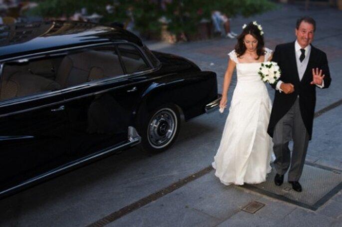 L'entrée de la mariée dans l'église : un moment phare ! - Photo : Click and Wed