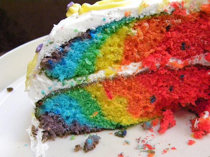 Pastel de boda arcoiris. Fotografía Creative Commons