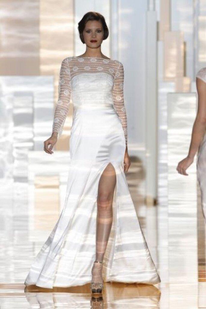 Vestido de novia con escote ilusión y manga larga. El encaje con diseños geométricos es magnífico. Diseño de Miquel Suay 2015