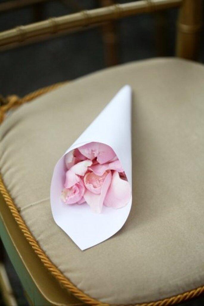 Cono con pétalos de rosa para la entrada de la novia. Foto de Boutique de 3
