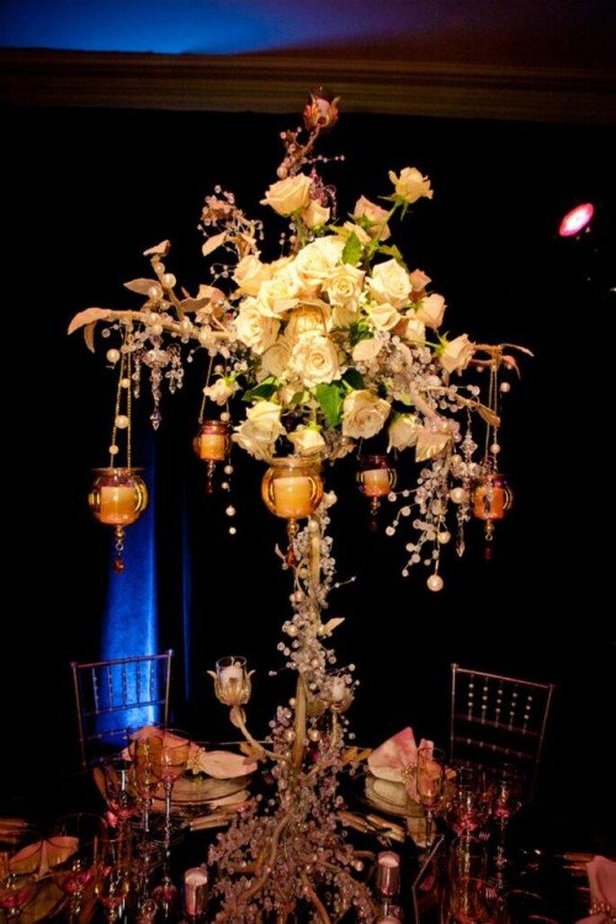 Centro de mesa con rosas y velas elegantes inspirado en Britney Spears - Foto: Floramor Studios Facebook
