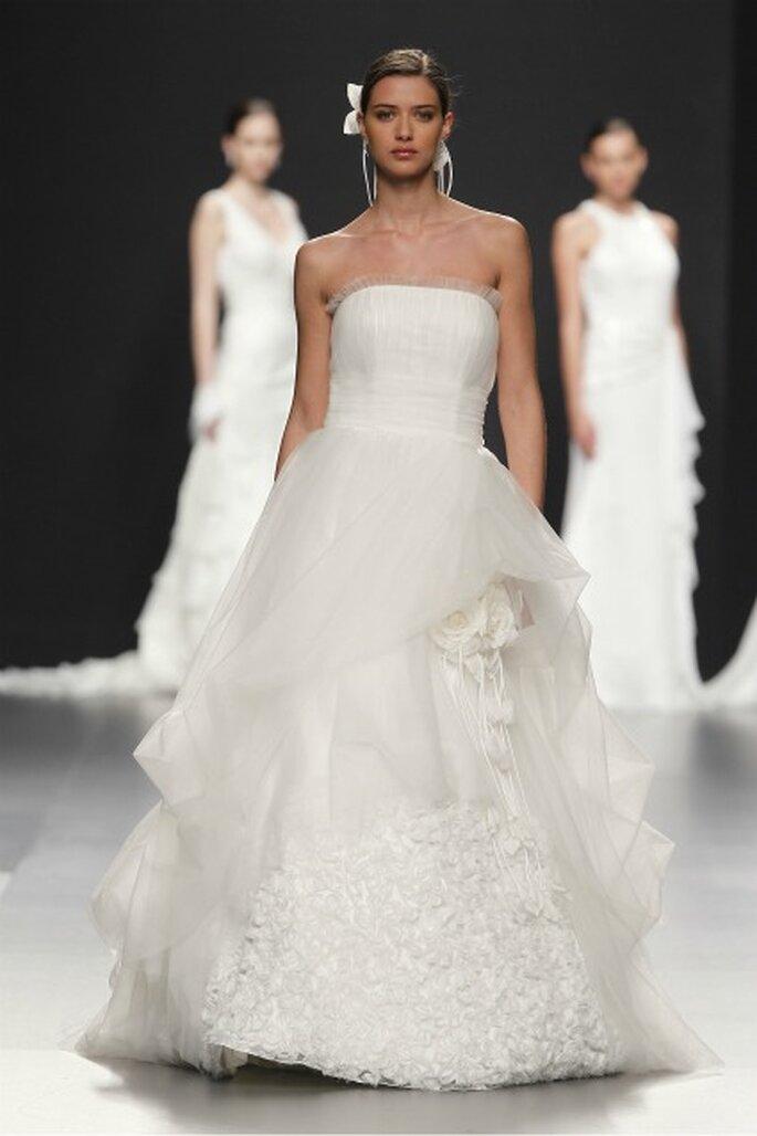 Vestido de novia de Charo Peres de la colección 2012, para cada novia. Foto: Ugo Cámara / IFEMA