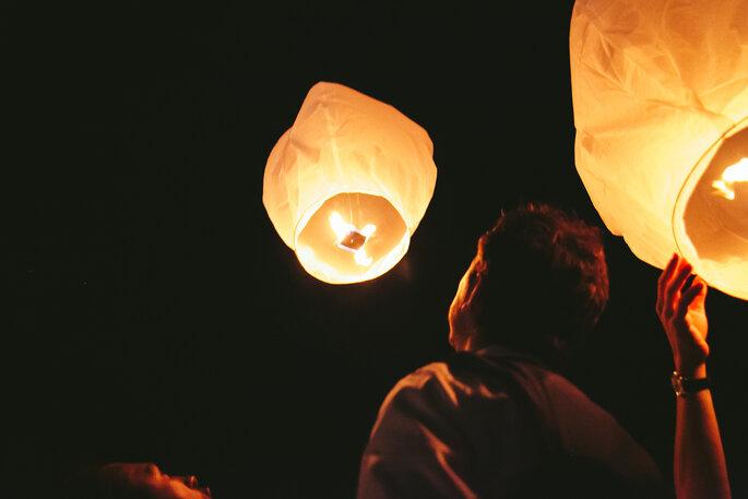 Lámparas de papel voladoras en tu boda. Foto: Studio A+Q