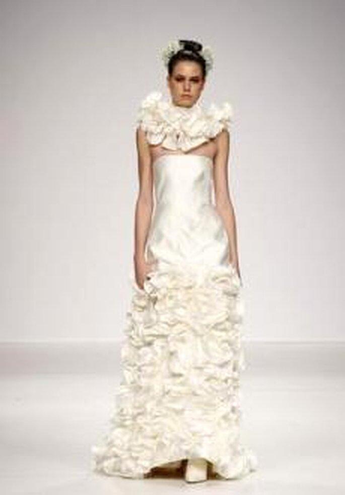 De la Cierva y Nicolás 2010 - Vestido largo en seda, corte sirena, palabra de honor recot, detalle en cuello en volantes