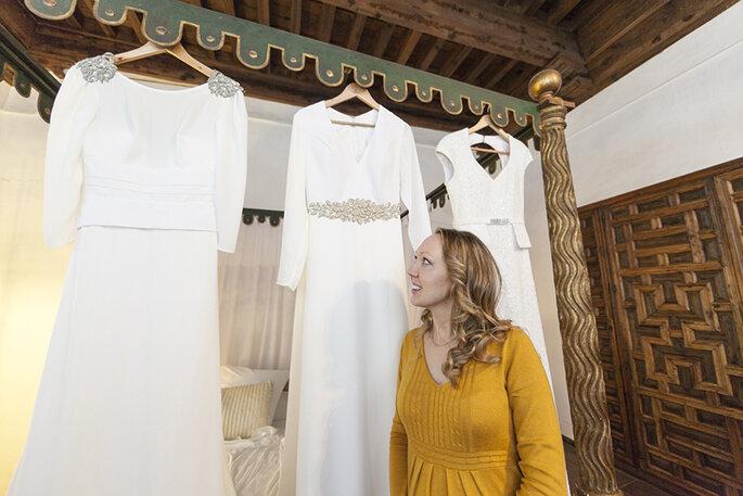 Natalia Ortiz ayuda elegir a la novia uno de los vestidos de Alta Costura de Jesus Garcia Atelier. Foto: Troko fotografo