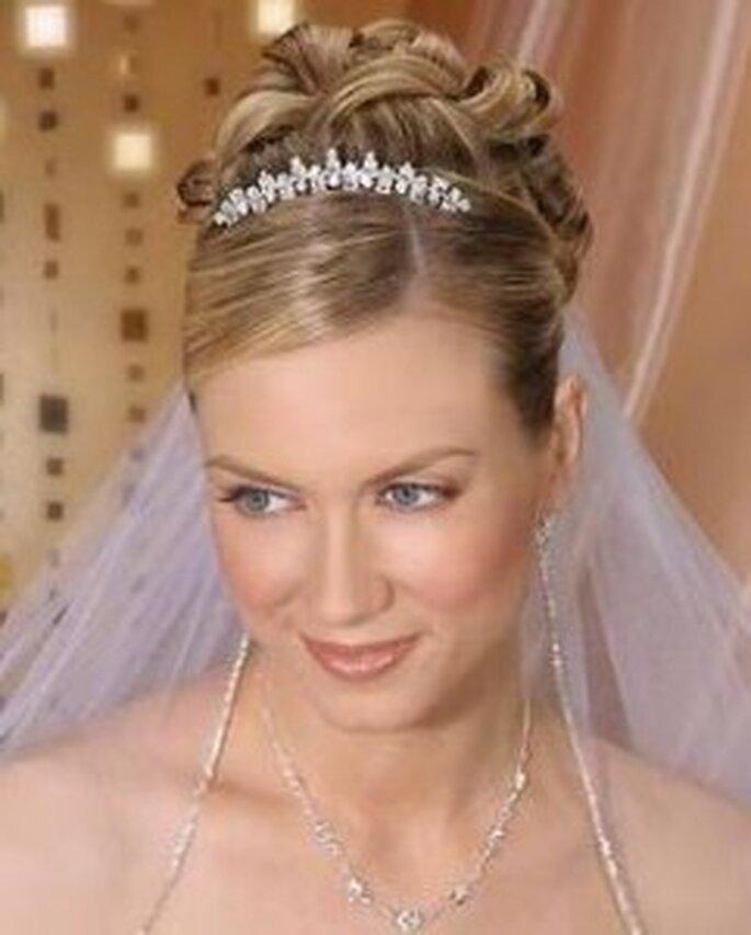 Puedes combinar varios accesorios con el velo, en este caso se combina acertadamente con una tiara